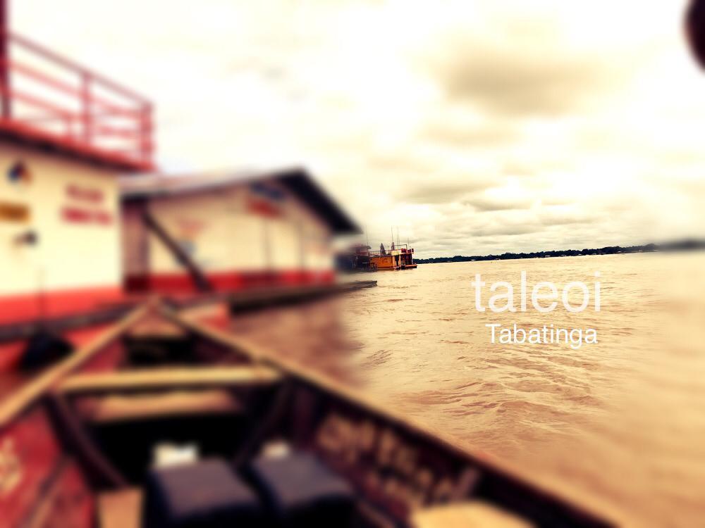 Embarcacoes na beira do rio frente o porto de Tabatinga