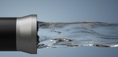 Agua pasando por un tubo
