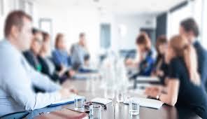 Personas reunidas en un salon de reuniones