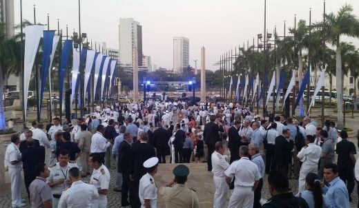 Pesonas en una feria de naval