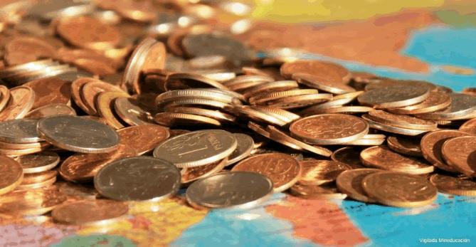 Monedas en una mesa