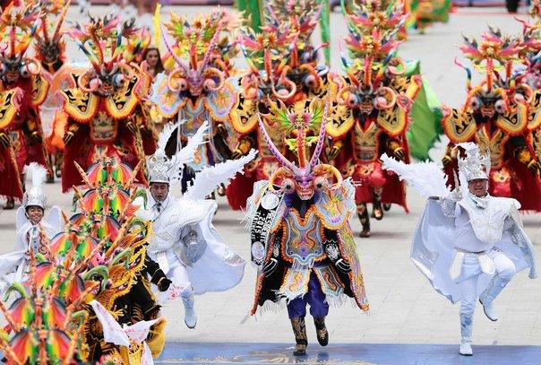 Personas en un carnaval o defile en calle de Arequipa