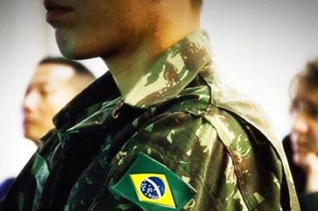 Soldado brasileiro em uniforme do exercito