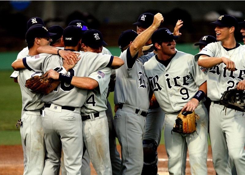 Juzgadores de Beisbol celebrando anotacion