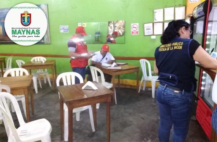 Personas en inspeccion a negocios de comida