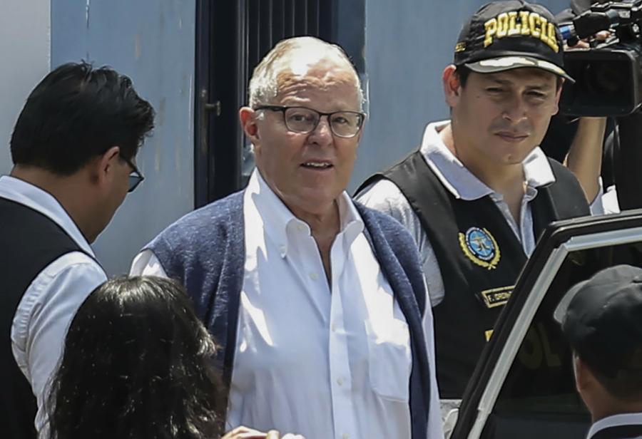 Expresidente peruano Kuczynski al lado de varias personas