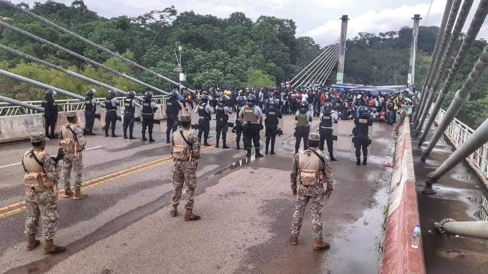 image for Fuerzas armadas y Policia impide paso de migrantes haitianos al perú