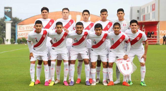 Jugadores peruanos en una cancha de futbol