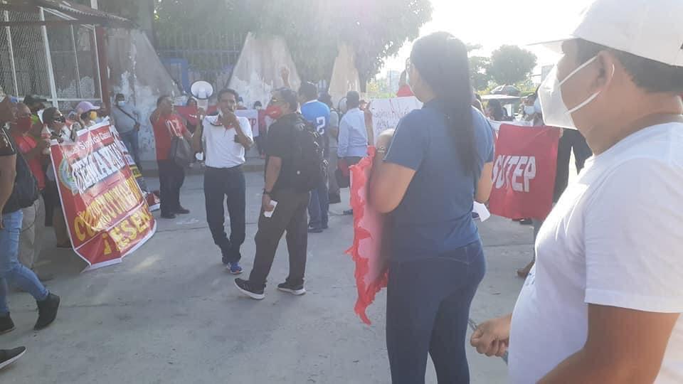 image for Docentes protestan en el frontis del gobierno regional