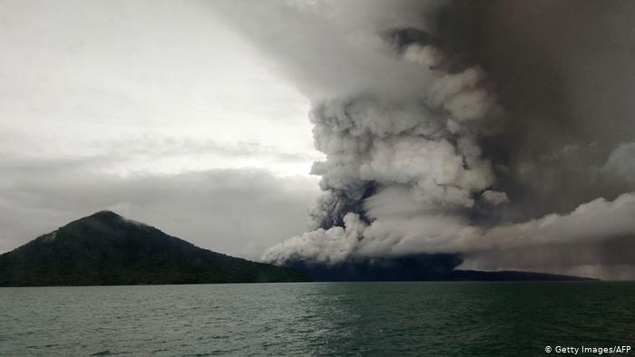 image for Volcán en  indonesio expulsa nubes de ceniza