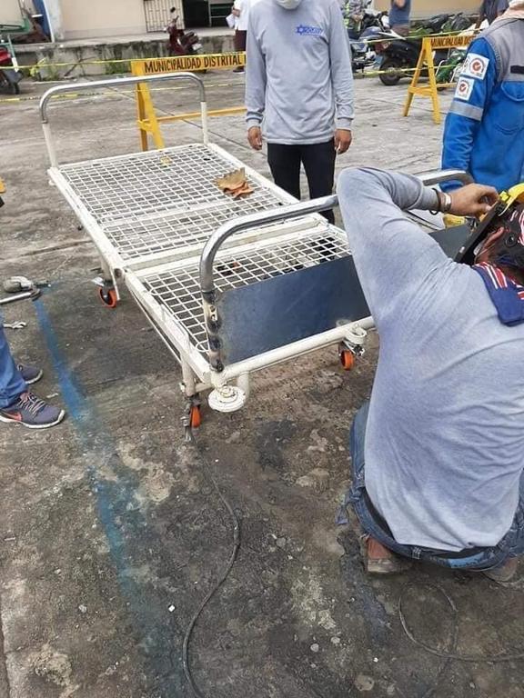 image for Soldadores arreglan camas del hospital regional