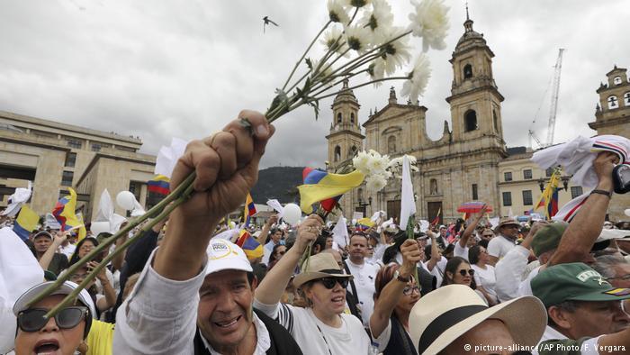 Personas marchando en las calles de Bogota en marchas