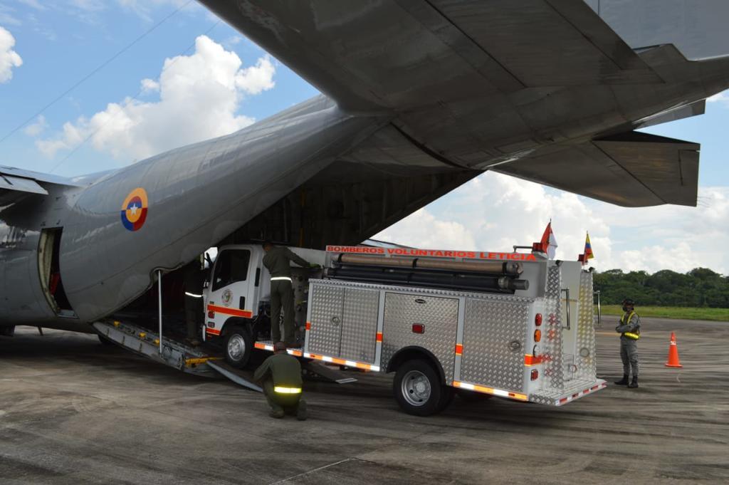 image for Fuerza Aérea Colombiana transporta vehículo cisterna