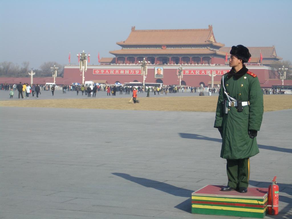 image for Víctimas fatales de coronavirus en China reciben homenajes