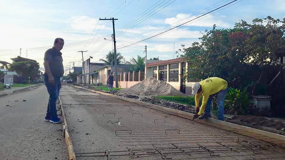 Prefeito supervisionando obras na cidade