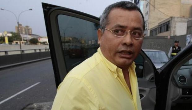 Rodolfo Orellana entrando a un auto