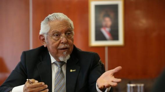Ministro de Vivienda Javier Pique en una oficina