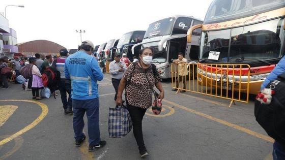 image for Pasajeros siguen viajando pese a advertencias sobre bloqueo de la Carretera Central