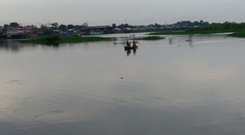 image for Denuncian que pescadores sacan pescado en zona contaminada