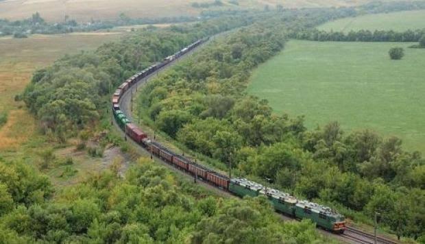Tren en circulando desde una vía ferrea