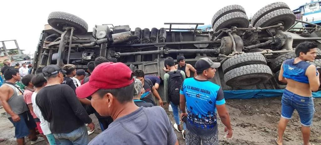 image for Camión se voltea en el puerto de masusa por mal estado de la vía