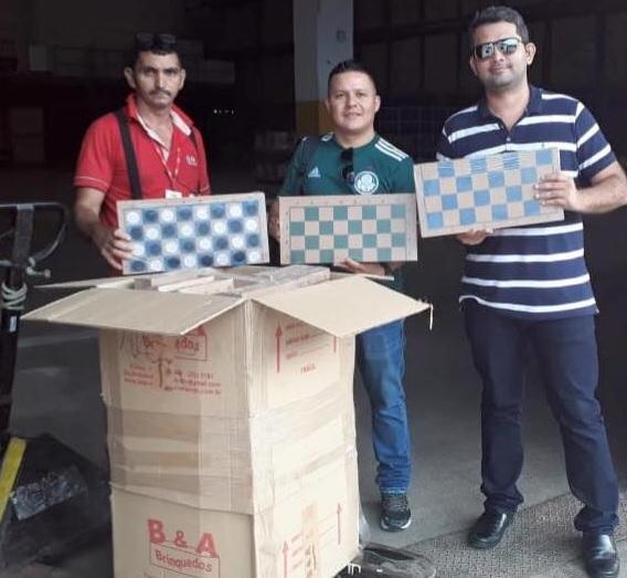 Pessoas segurando caixas de xadrez