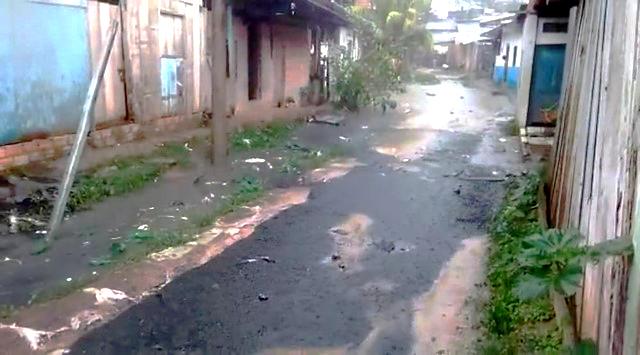 image for Colapsa alcantarillado e inunda calle