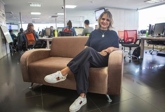 Adriana Bernal en un sofa