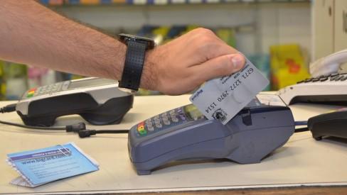image for Auxílio emergencial do estado vai ser distribuído em cartões de débito