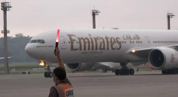 image for Avião com 2 milhões de doses da vacina de Oxford chega ao Brasil