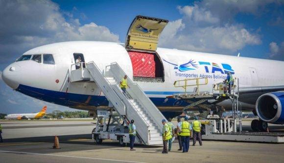 Avion con donaciones para damnificado por huracan