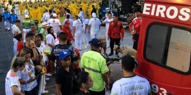 image for Cai Homem de carro alegórico durante desfile no Sambódromo