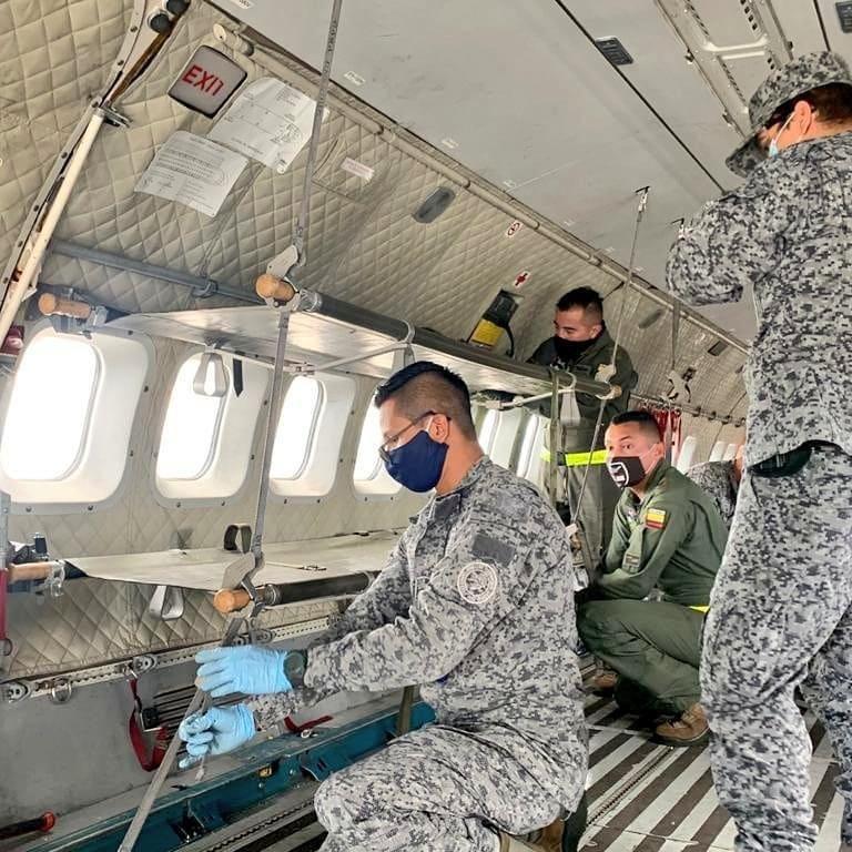 image for Técnicos y tripulación de la FAC configuran avión ambulancia