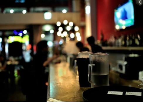 image for Restaurantes y bares no venderan licor en algunas ciudades después /10 pm