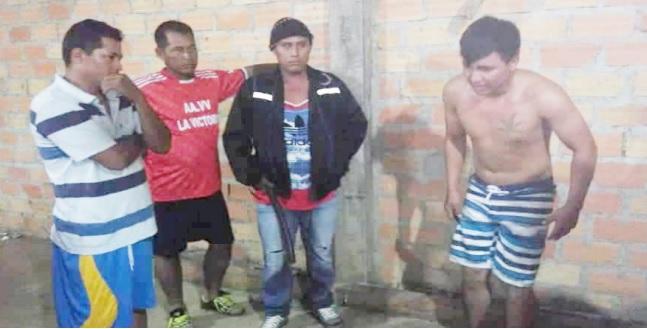 Cuatro personas en un altercado