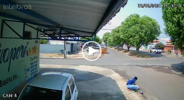 image for Motociclista por milagre se levanta e anda após ser arrastado por caminhonete