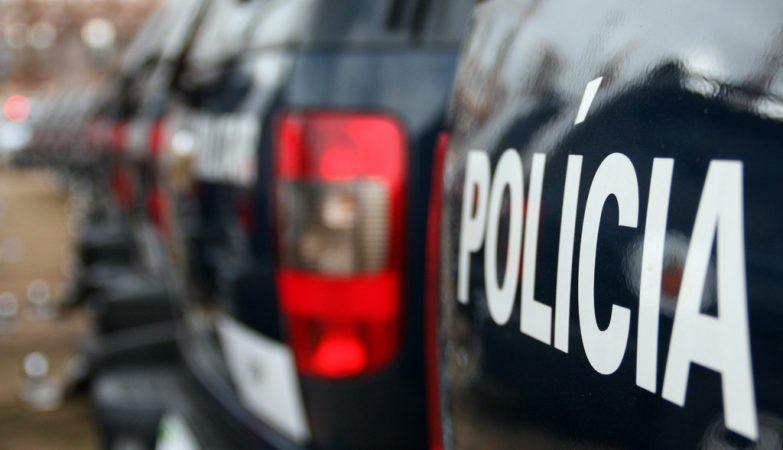 Carros de policia no estacionamento