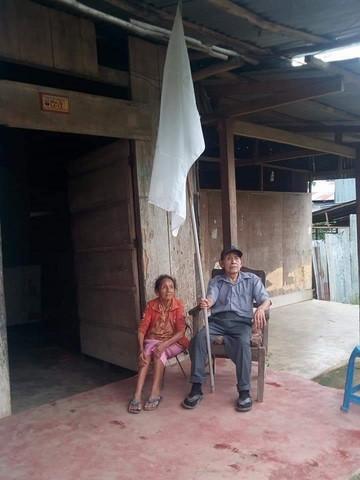 image for Personas de la tercera edad piden ayuda y colocan bandera blanca