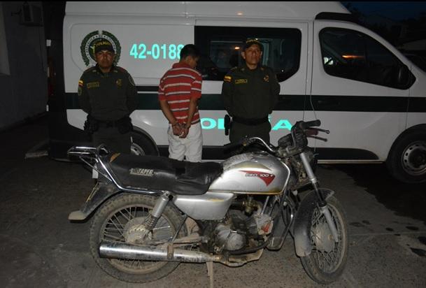Persona capturado por hurto al lado de dos policias