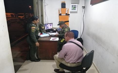 image for Policía aeroportuaria captura hombre con documento público falso