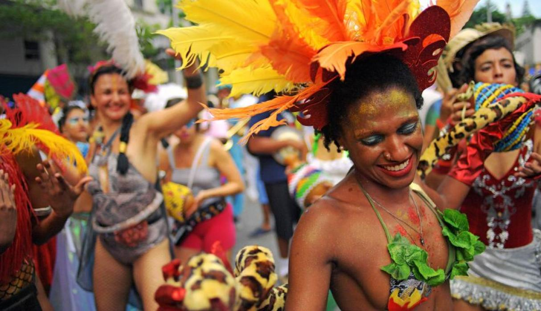 Personas en un carnaval
