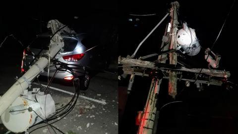 Auto estrellado con un poste