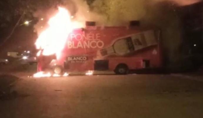 image for Vehículos incinerados en puntos de bloqueo de Cali durante el viernes