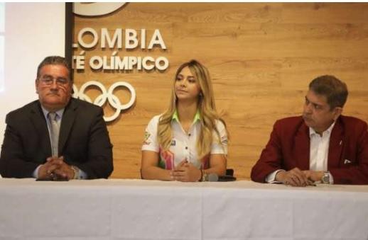 Tres personas en un escritorio en entrevista