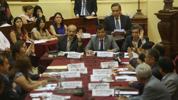 Personas reunidas en recinto del congreso peruano