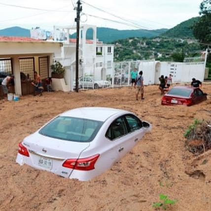 image for Autos tragados por la tierra e inundaciones | Mexico