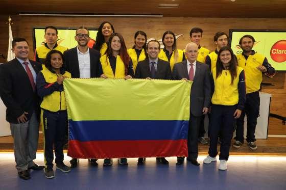 Jugadores colombianos sosteniendo una bandera