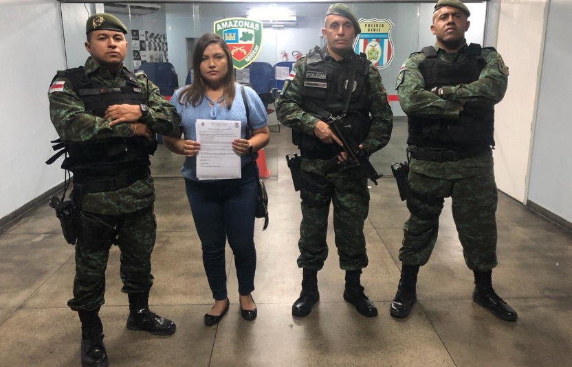 Polícias Militar do Amazonas ao lado de depotada