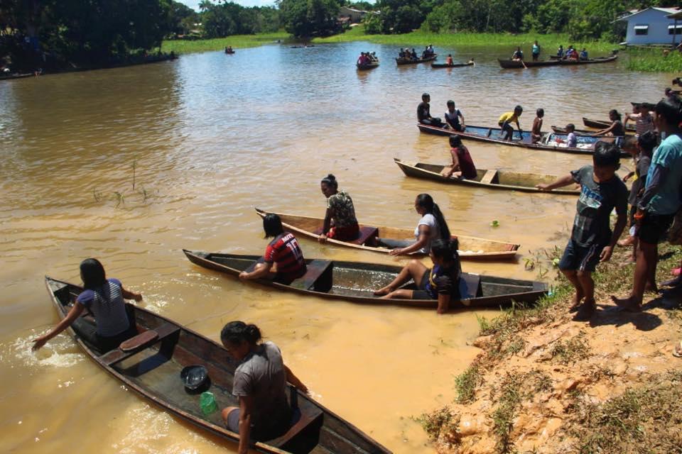 Pessoas em canoa no dia indio