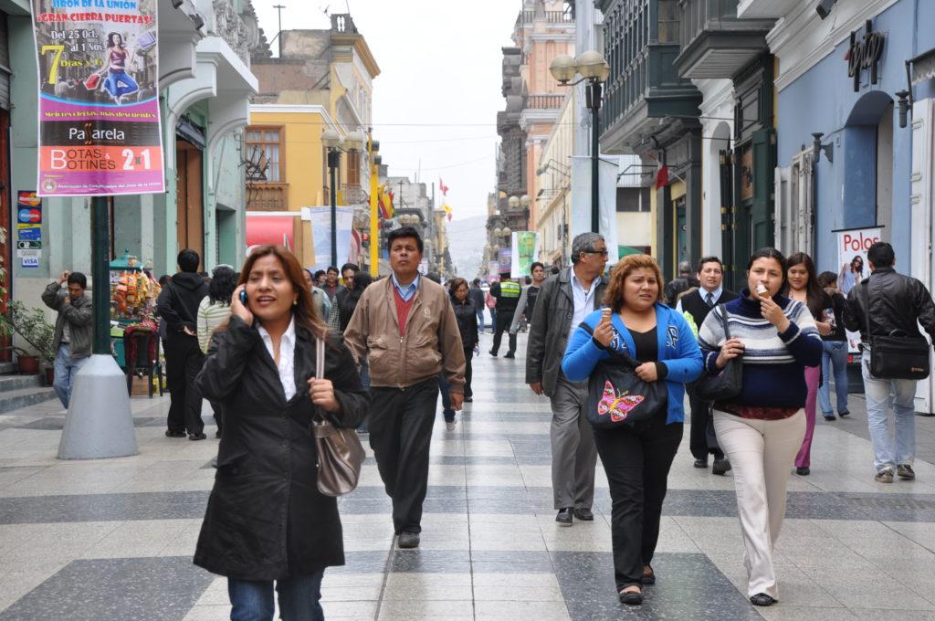 Mujeres caminando en calles peruanas